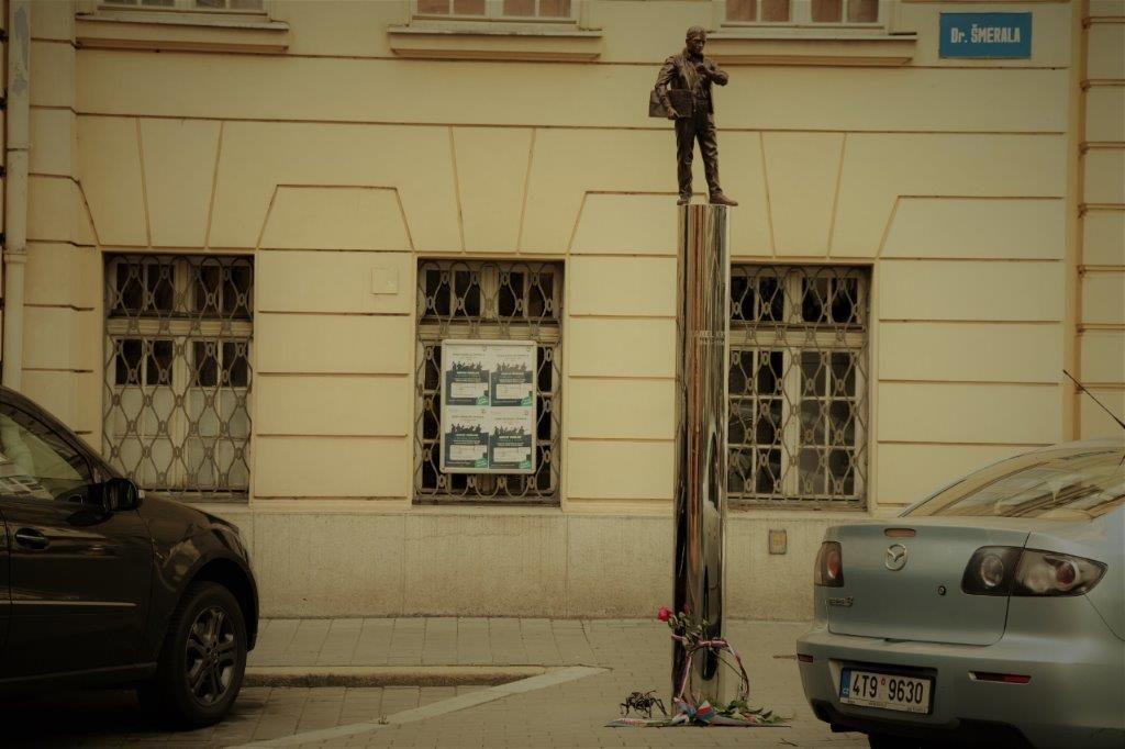 Karel Kryl se dočkal své první sochy na území ČR před budovou Rozhlasu v Ostravě