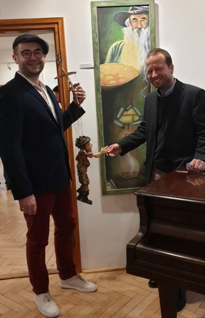 Ředitel Vlastivědného muzea Jesenicka Pavel Rušar vesele přivítal loutku krále rebelů